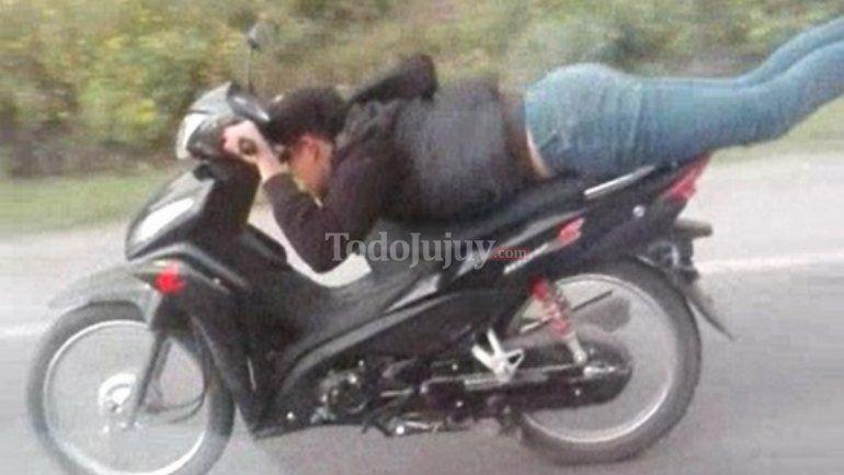 Imprudencia en Ruta 66: manejaba la moto acostado boca abajo y sin casco