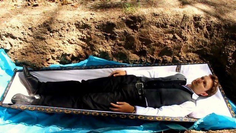 Un terapeuta entierra vivos a sus pacientes. Mirá el video