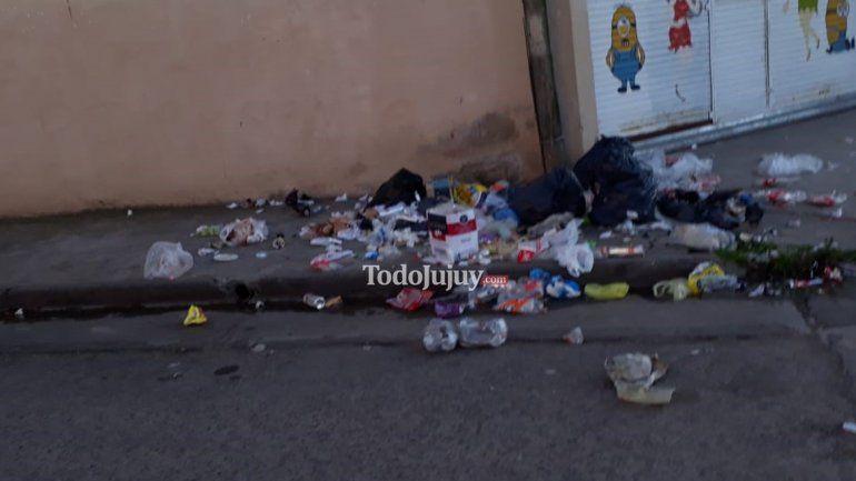 Vecinos denuncian que un local saca la basura fuera de horario y ellos tienen que limpiar