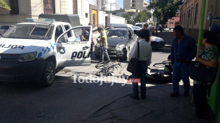 Una camioneta atropelló a una bicipolicía en el centro de la ciudad