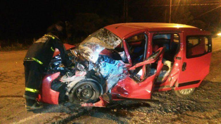 Un herido grave al chocar contra una camioneta y su acoplado cargado de papas