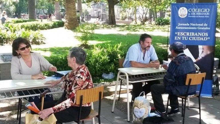 Escribanos salen a la calle para asesorar gratuitamente a los ciudadanos
