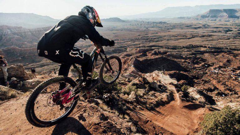 El impresionante descenso de montaña en bici que se hizo viral en las redes