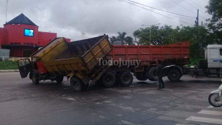 Dos camiones chocaron en una estación de servicio de Alto Comedero