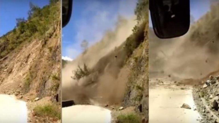 Impactante derrumbe de una montaña casi arrasa con un colectivo lleno de pasajeros