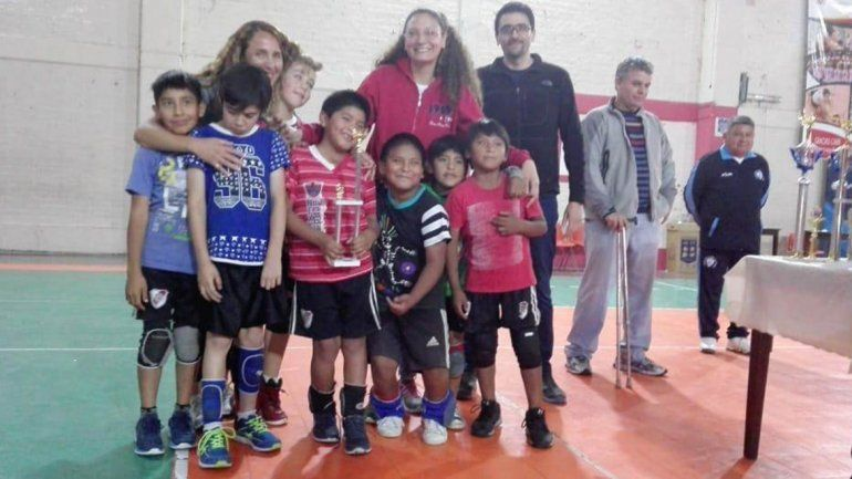 Equipo de Campo Verde vende empanadas para poder participar de un torneo de vóley