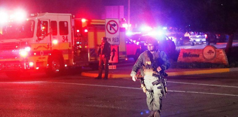 Un hombre entró a los tiros en un bar repleto y mató a 12 personas