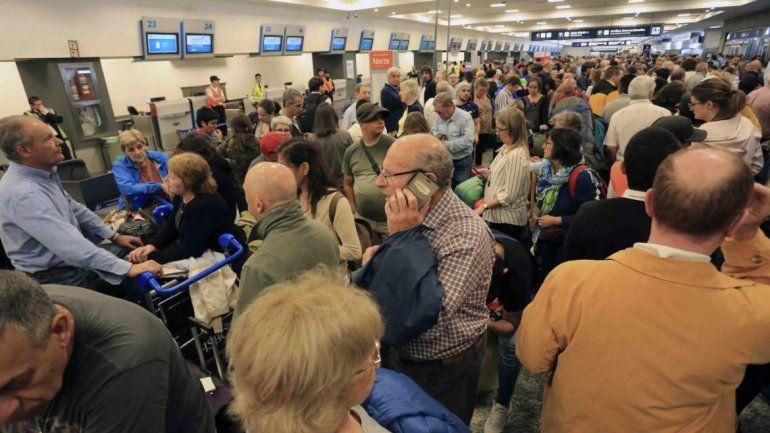 Caos en la tierra sin aviones en el aire: hay más de 200 vuelos cancelados de Aerolíneas por un conflicto gremial