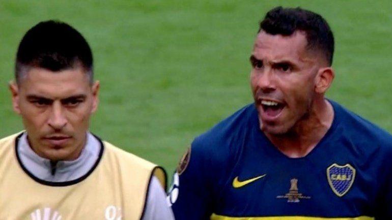 Carlos Tevez retó a sus compañeros al final del partido: ¡Con la cabeza arriba, la c... de tu madre!