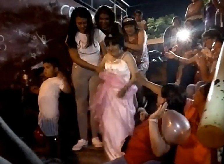 Teresita nunca había festejado su cumple y le organizaron una fiesta solidaria en la plaza