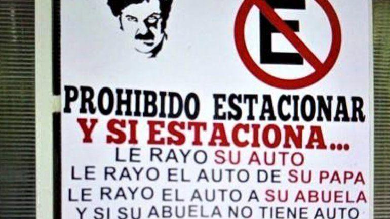Cansada de que estacionen y le tapen la cochera, escribió un cartel inspirada en Pablo Escobar