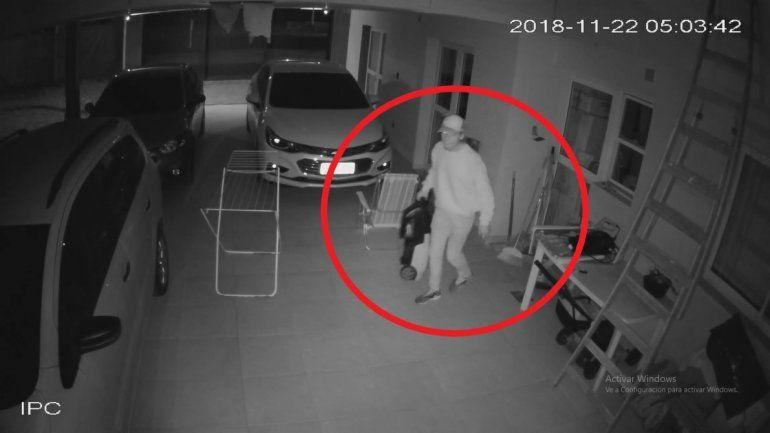 Quisieron robar en una casa mientras dormía una familia y quedaron grabados por las cámaras