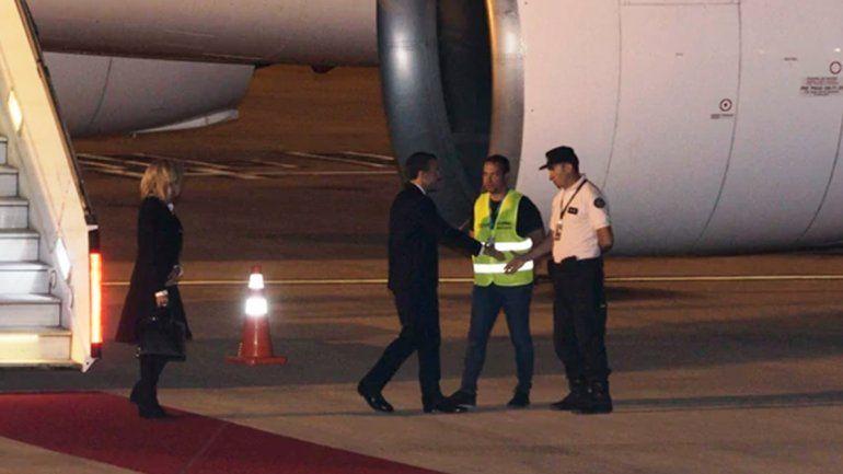 Macron saludó a dos empleados porque no había ningún funcionario para recibirlo