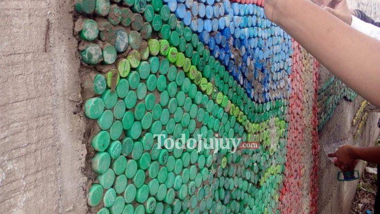 El arte de reciclar: los chicos del Secu N°6 construyen un mural ecológico con tapitas de plástico
