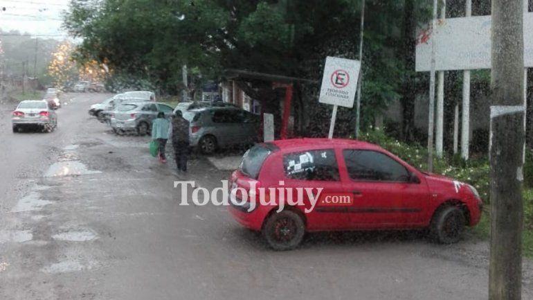 Concejo Deliberante, la zona donde pocos respetan la prohibición de estacionar