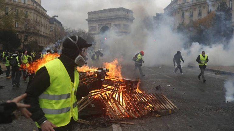 Batalla campal en Paris contra la suba en el precio de los combustibles