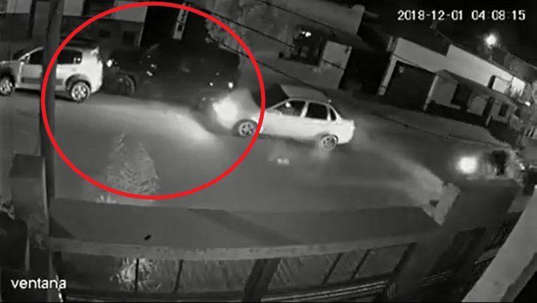 Chocó a dos vehículos estacionados y se dio a la fuga sin saber que había quedado filmado
