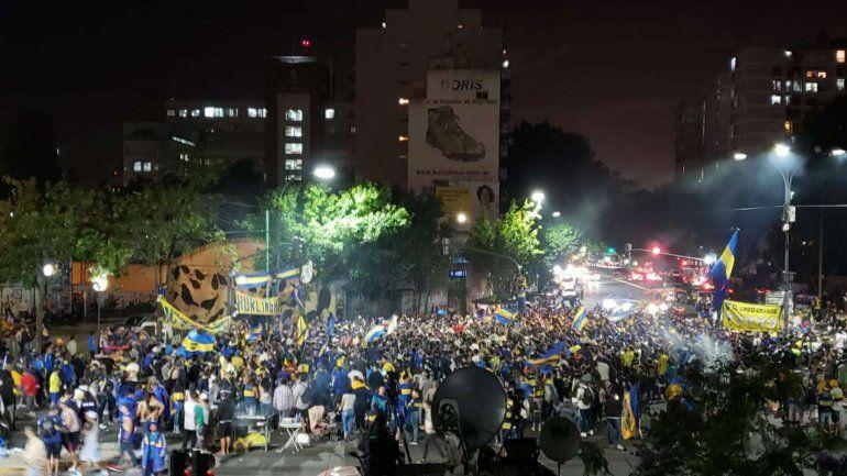 El plantel de Boca emprendió viaje hacia Madrid y lo despidieron miles de fanáticos