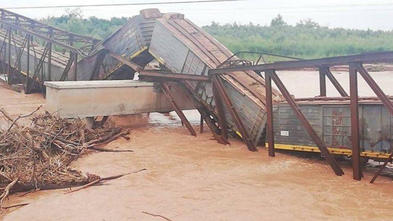 Salta: la crecida del Río Colorado derrumbó un puente ferroviario con el tren arriba