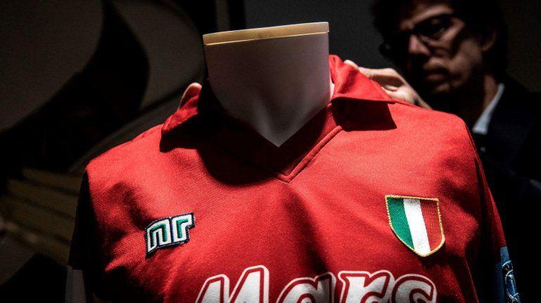 En Turín subastaron una camiseta inédita de Maradona