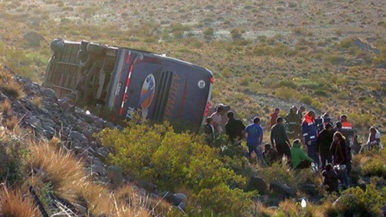 Desbarrancó un colectivo en Mendoza: hay al menos tres muertos