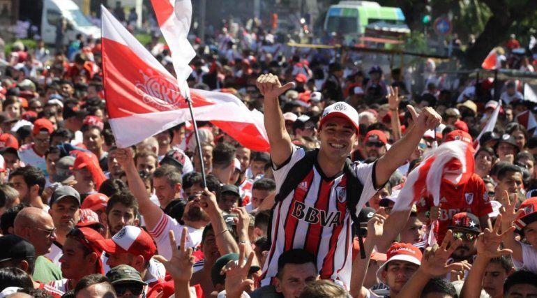River ya está en el país: miles de hinchas desbordan el Monumental para celebrar el triunfo de la Copa Libertadores