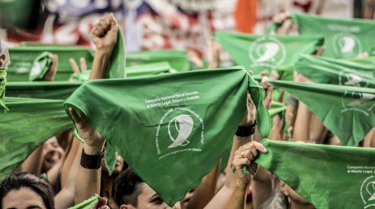 La echaron de un boliche por usar un pañuelo verde y estalló la polémica