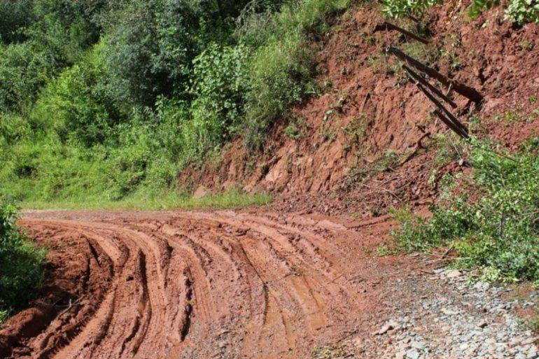 La Ruta 4 camino a Lagunas de Yala quedó cortada por un desmoronamiento sobre el camino