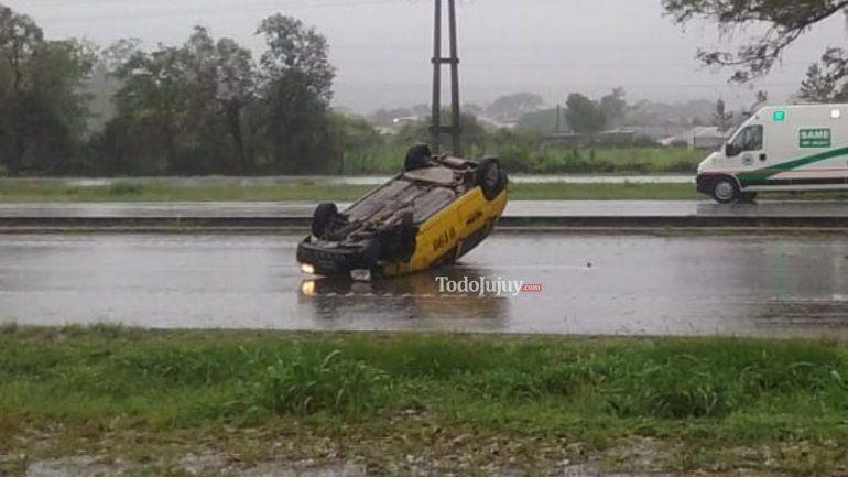 Perdió el control del auto, volcó sobre el carril contrario y se salvó de milagro