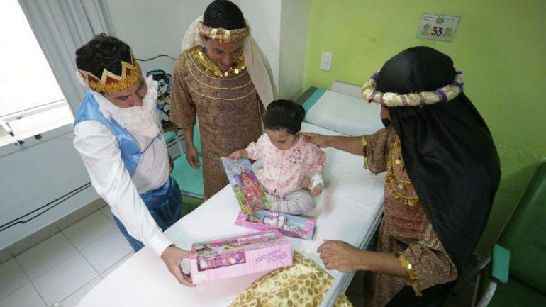 Los Reyes Magos y el Gobernador recorrieron el hospital Materno Infantil