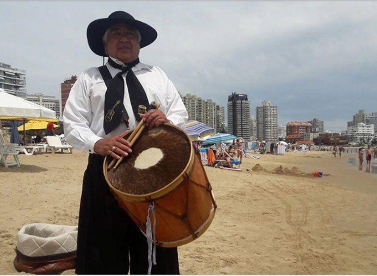 Conocé al Jujeño que la rompe cantando en las playas de Punta del Este