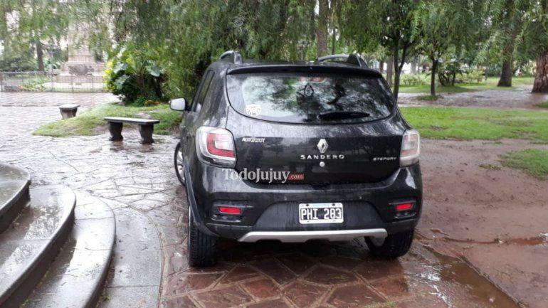 ¡Estacioná donde quieras, maestro! Dejó su auto en el medio de Plaza Belgrano porque no había lugar