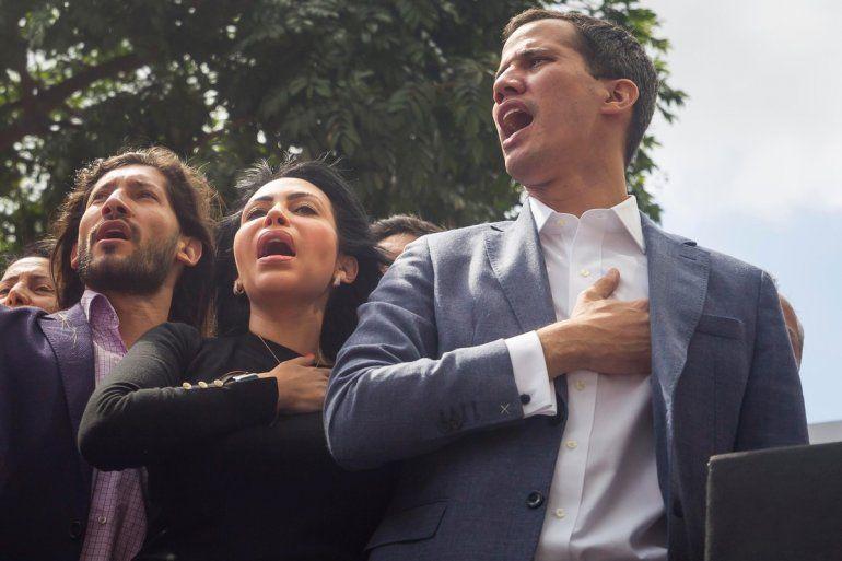 El líder del Parlamento opositor venezolano pidió derrocar a Maduro y se declara presidente de Venezuela