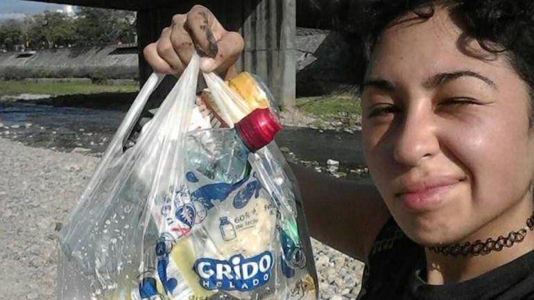 Fue al parque Xibi Xibi y al ver tanta basura decidió agarrar una bolsa y levantar lo que encontraba tirado