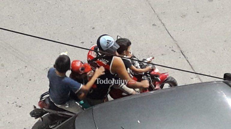 Inconsciente al volante: viajaban de a cuatro en moto, todos sin casco y tomando helado