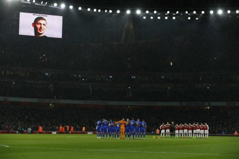 El Cardiff City y Arsenal le brindaron un sentido homenaje a Emiliano Sala