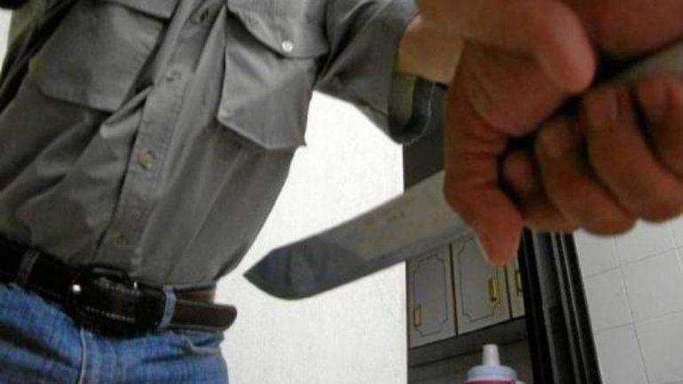 Mujer apuñaló a su novio y dijo que él se chocó con el cuchillo