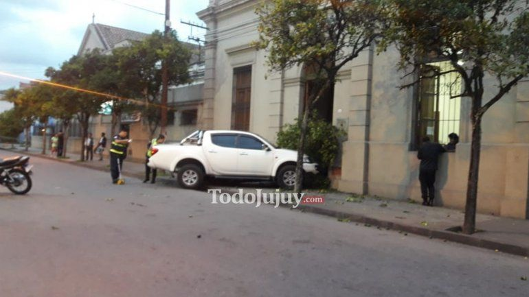 Una camioneta se incrustó en el frente del Hogar San Antonio luego de chocar con una moto
