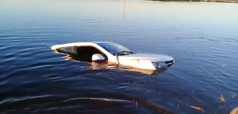 Insólito: un intendente de Chaco cayó al agua con su camioneta y se salvó de milagro