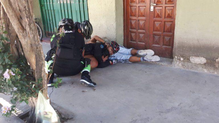 Tres policías detuvieron a unos ladrones y fueron apedreados desde la esquina