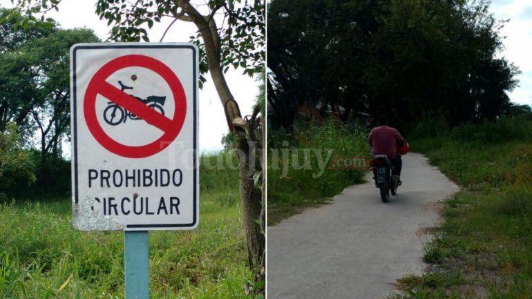 A pesar de los carteles de prohibición, las motos circulan libremente por la ciclovía de Av. Savio