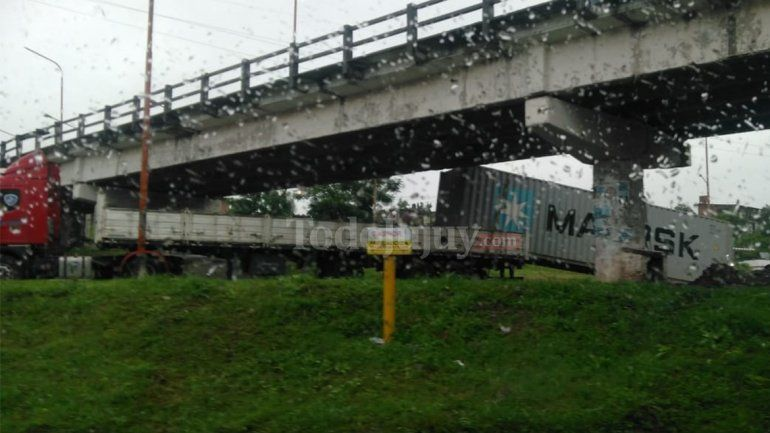 ¡Un mal cálculo! El camión era más alto que el puente y perdió el container