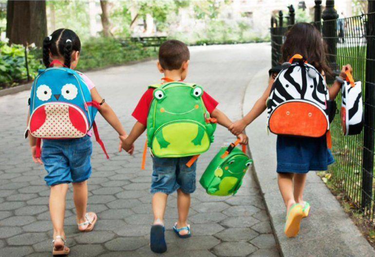 ¿Cómo repercute el peso de la mochila en la espalda de los chicos?