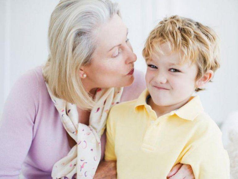 Es perjudicial obligar a los niños a saludar con un beso en la mejilla