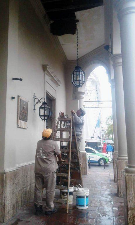 Trabajan para reparar el techo de la recova del Teatro Mitre luego del temporal