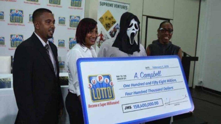 Ganó la lotería y se disfrazó para ir a cobrar, no quiere compartir su premio con la familia ni los amigos