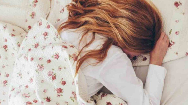 Evitar los ronquidos y favorecer la circulación: conocé todos los beneficios de dormir de costado