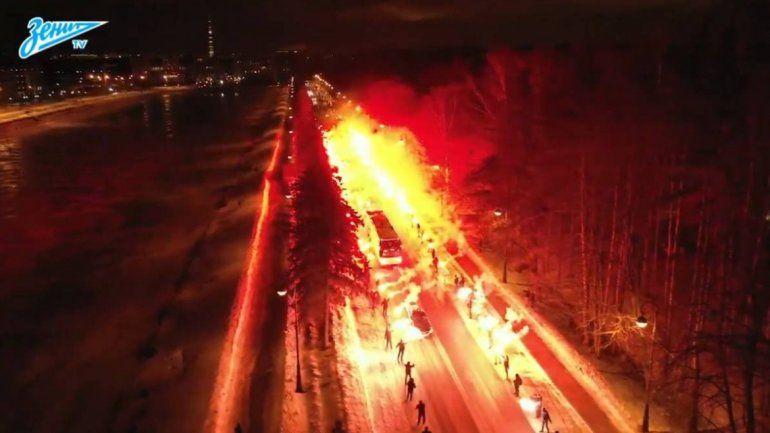 Impresionante recibimiento al Zenit con un pasillo de fuego