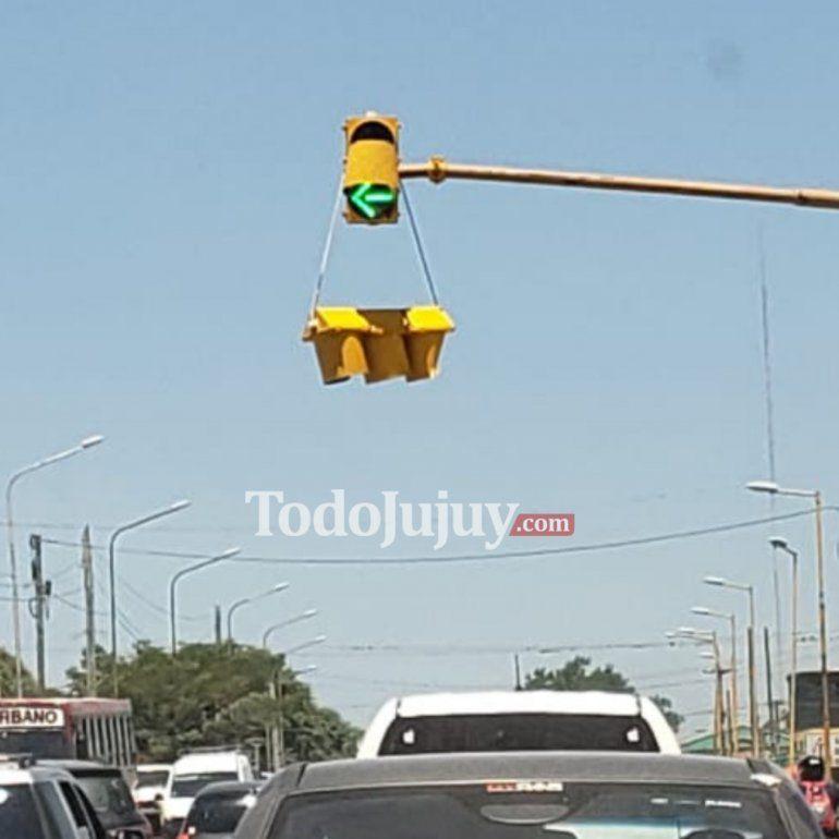 Preocupación de los vecinos: Un semáforo en Alto Comedero está a punto de caerse