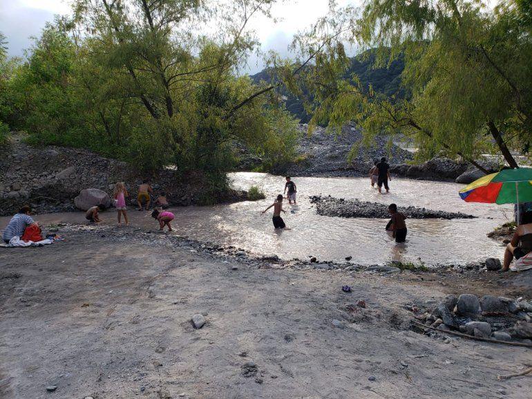 Familias jujeñas eligieron el Río Reyes para pasar la calurosa tarde del domingo